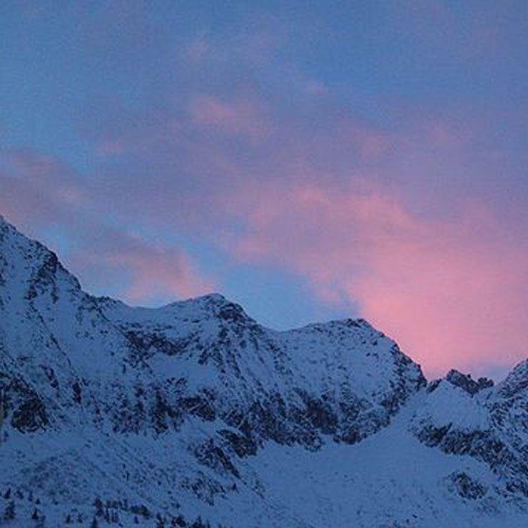 Paesaggio montano innevato al tramonto