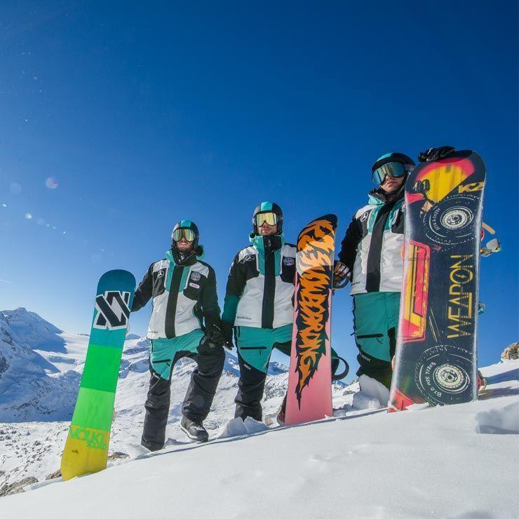 Donna sorridente con gli sci in spalla